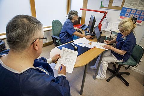 Patient fyller i patientformulär för PsoReg